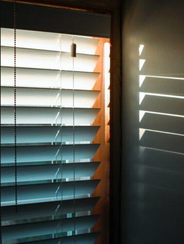 Чем закрыть окна от солнца